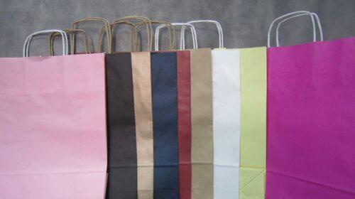 שקיות נייר במגוון צבעים